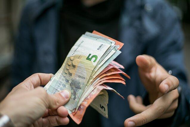 pinigų variante yra